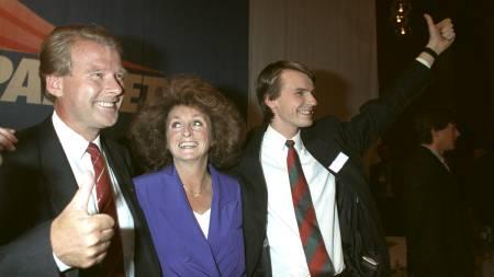 Partileder Fremskrittspartiet, Carl I. Hagen med tommel opp og seierssmil sammen med fru Eli og Tor Mikkel Wara i forbindelse med partiets gode resultater ved Stortingsvalget.  (Foto: Moen, Jørn H./Scanpix)