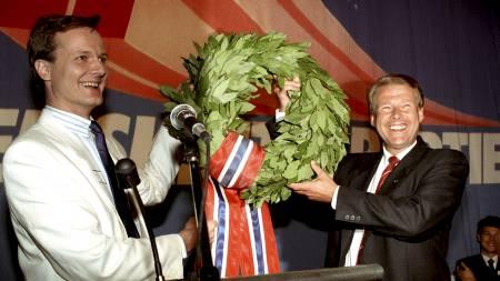 Fremskrittspartiets nestformann Peter N. Myhre (t.v.) og partileder i Fremskrittspartiet, Carl I. Hagen fikk laurbærkrans fra partifeller etter det gode valgresultatet i 1989.  (Foto: Nedrås, Knut/Scanpix)