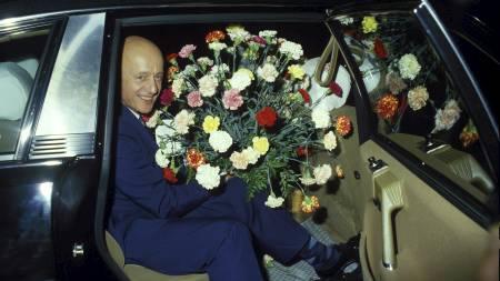 Stortingsvalget 1985. Statsminister Kåre Willoch (H)  i en bil, med stor blomsterbukett.  (Foto: Laurvik, Henrik/SCANPIX)