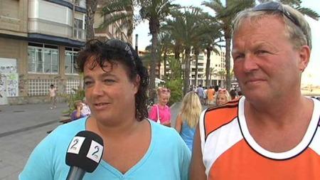 ORDEN PÅ PENGENE: Mari og Jøran Vågen fra Molde-traktene forteller at det nå er viktigere å holde orden på feriebudsjettet.  (Foto: TV 2)