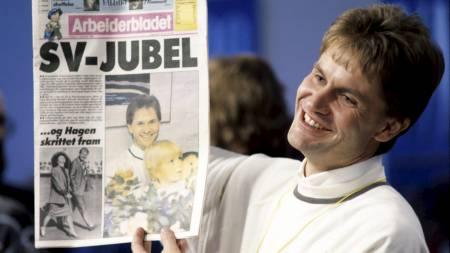 Partileder i SV  Erik Solheim viser stolt frem Arbeiderbladets forside med oppslaget
