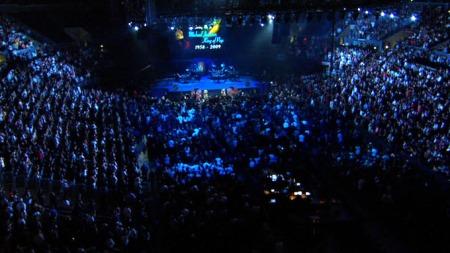 Minneseremonien etter Michael Jacksons død er i gang. Salen er fullpakket av fans, familie og venner. Man anslår at flere millarder tv-seere følger minnestunden direkte. (Foto: APTN/EBU/TV 2 )