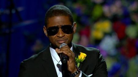 TÅRER: R&B-stjernen Usher gråt da han sang foran Michael Jacksons båre. (Foto: AP)