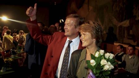En glad Anne Enger Lahnstein og Johan J. Jakobsen på valgnatten etter Senterpartiets gode stortingsvalg i 1993.  (Foto: Rune Petter Næss/Scanpix)