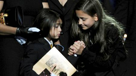 Michael Jacksons datter Paris Katherine (h) holder hånden til lillebroren  Prince Michael Jackson II, kjent som Blanket under minnemarkeringen som beveget en hel verden.  (Foto: POOL/REUTERS/SCANPIX)
