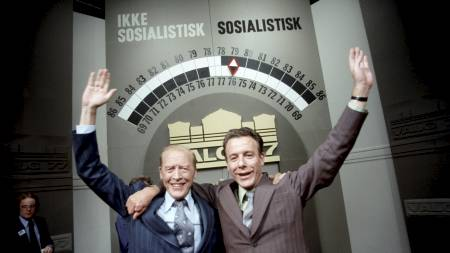 Statsminister Odvar Nordli og Arbeiderpartiets formann reiulf Steen jublet til slutt valgnatten 1977.  (Foto: Thorberg, Erik/SCANPIX)