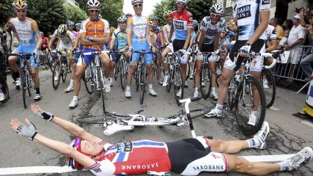 Kurt Asle Arvesen of Norway (down) makes   a joke, lying on the pavement on the line of the departures of the 10th   stage of the Tour de France cycling race between Limoges and Issoudun,   in France, 14 (Foto: IAN LANGSDON/EPA)