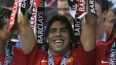 VANT GULL: Tevez vant to strake ligagull med Manchester United.  (Foto: ADRIAN DENNIS/AFP)