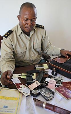 En representant for de militære påtalemyndighetene viser beslag fra de to siktede nordmennene i Kongo.