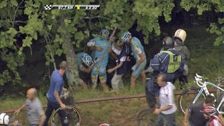 Kjempevelt på den niend eetappen. Alexander Vinokourov kjørte ut i skogen. (Foto: TV 2/)