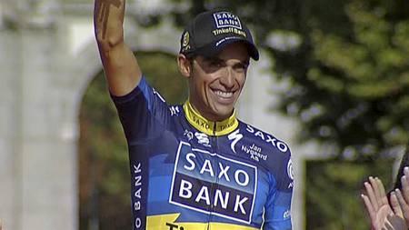 Alberto Contador mottar hyllesten i Paris som vinner av Vulta a Espana 2012. (Foto: TV 2/)