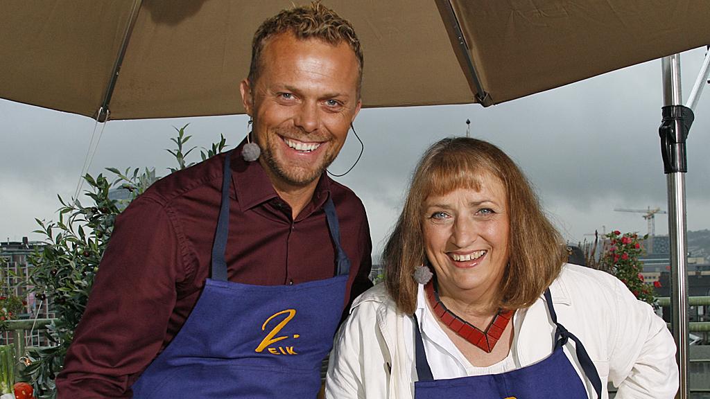 KOKKELERER PÅ ITALIENSK: «Sommertids» egen kokk, Ole Johnny og kokebok-skribent Bibbi Børresen lager italiensk omelett. (Foto: Beate Sneve Larsen)
