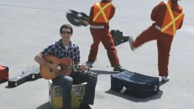 Dave Carroll synger om United Airlines som ødela gitaren hans.  (Foto: Faksimile/davecarrollmusic.com)