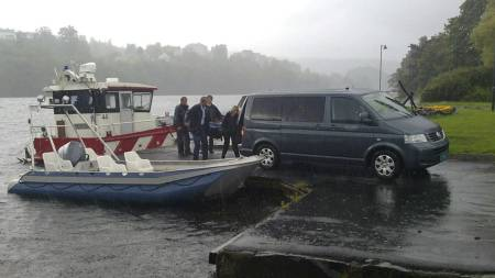 Letemannskap fant torsdag formiddag en person i elven Otra i Kristiansand. Etter det TV 2 erfarer er den omkomne Asbjørn Hovet (25), som har vært savnet siden helgen.  (Foto: Connie Bentzrud/TV 2)