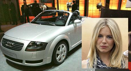 TOPPLØS: Fotomodell og skuespiller Sienna Miller liker å la   håret flagre i en åpen Audi TT.