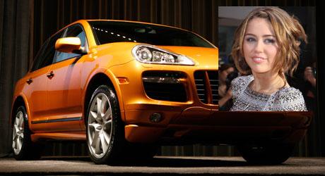 BORTSKJEMT? I mamma Leticia Cyrus' luksusbil ser Miley   Cyrus ut til å trives best på veien.
