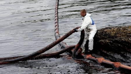 Oppryddning av oljesøl ved Krogshavn etter det havarerte bulkskipet. (Foto: Solum, Stian Lysberg/SCANPIX)