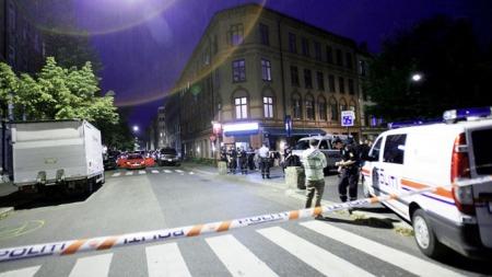 En person som satt inne i den røde bilen ble skutt og drept. En grå auti kjørte fra stedet og ble senere funnet utbrent. (Foto: Stian Lysberg Solum / SCANPIX)