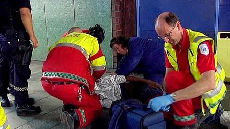 Den skadde mannen får medisinsk hjelp. Han slapp fra skyteepisoden med livet i behold. (Foto: Vegard M. Aas)