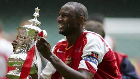 Patrick Vieira med FA cup-pokalen i 2005 (Foto: ADRIAN DENNIS/AFP)