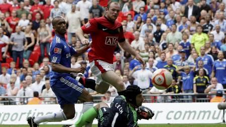 OVERTID: Wayne Rooney setter ballen forbi Petr Cech og utlikner til 2-2.  (Foto: DARREN STAPLES/REUTERS)