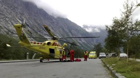 REDNINGSAKSJON: Et ambulansehelikopter fra Ålesund har landet på Trollstigen i forbindelse med redningsaksjonen.  (Foto: Ole Johnny Amundsen / TV 2)