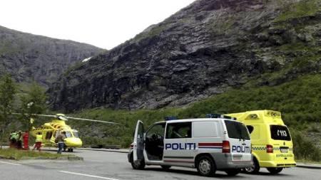 REDNINGSAKSJON: Både ambulansehelikopter, politi og ambulanser har kommet fram til Bispesvingen på Trollstigen i Møre og Romsdal. Vitner har observert det som skal være en fallskjerm.  (Foto: Tipser-MMS til 0225/)