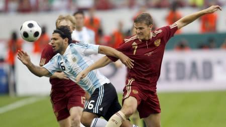 Sergio Agüero og Igor Denisov  (Foto: SERGEI KARPUKHIN/REUTERS)