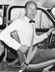 Nils Bohlin demonstrerer trepunksbeltet i sine yngre dager. Nærmere bestemt 1959.