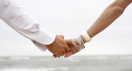 GREIT: Å holde hverandre i hendene foran svigerfar fungerer   fint.