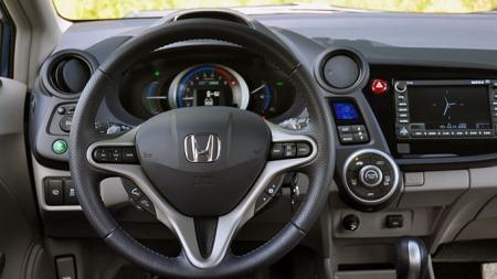 Honda Insight har et ganske spesielt førermiljø. (Foto: Gunnar Omsted.)