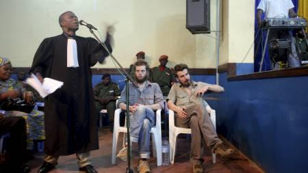 Joshua French og Tjostolv Moland (t.h.) lytter til sin forsvarer, advokat André Kibambe, på første dag av rettssaken mot de to nordmennene. (Foto: VATN, Vegar K./SCANPIX)