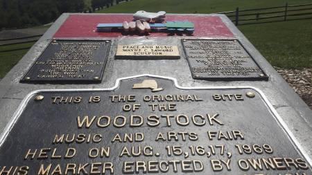MINNEPLANKETT: Denne minneplanketten er det som står igjen etter Woodstockfestivalen i Bethel utenfor New York i 1969.  (Foto: MARIO TAMA/AFP)