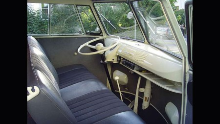 Det var enkel og spartansk innredning i bilene på denne tiden. (Foto: Hans Jarn)