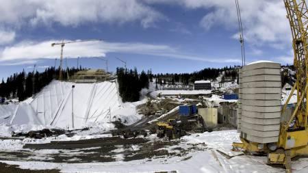 Den nye Holmenkollbakken skal stå ferdig til ski-VM i 2011.   Slik så anleggstomten ut i mars. (Foto: Poppe, Cornelius/SCANPIX)