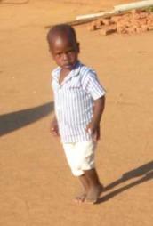 Barna i Maula har ikke noe annet å leke med enn sand og murstein.  (Foto: Kjersti Johannessen/Tv 2)