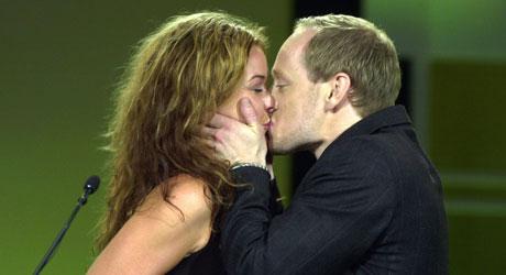 GLEDESKYSS: Her kysser Aksel Hennie prisutdeleren Line Verndal   etter å ha vunnet prisen som «Årets mannlige skuespiler» i 2003.