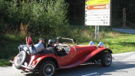 Haakon W. Andersen fra Stavanger og Terje Aarsand fra Bergen er klare for å kjøre opp til Galdhøpiggen. Bilen er en Squire Jaguar SS100 fra 1939 og tilhører Terje Aarsand. (Foto: Privat)