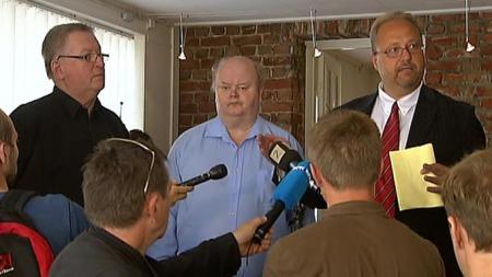 Åge Vidar Fjell (midten) har sonet hele straffen - nå frifinnes han etter justismord. Det kom frem på en pressekonferanse i Skien fredag.  (Foto: TV 2)