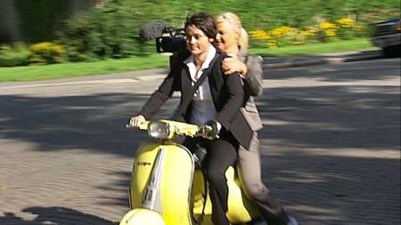Filmteamet Elisabeth og Camilla er på vei for å møte Nicolai Cleve Broch (Foto: Erik Manshaus)