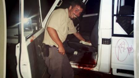 BILDEBEVIS: Dette bildet av Tjostolv Moland som tørker blod ut av bilen hvor Abeidi Kasongo angivelig ble skutt og drept er lagt fram som bevis i rettsaken mot nordmennene. (Foto: Vatn, Vegar K./SCANPIX / Privat)