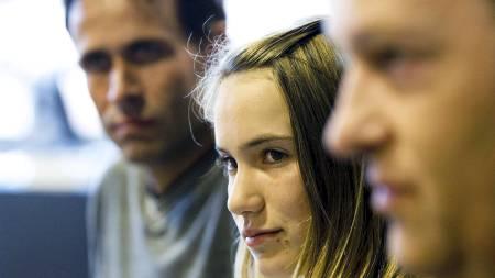 Laura Dekker (13) i retten sammen med sin far og sin advokat.  (Foto: VALERIE KUYPERS/AFP)
