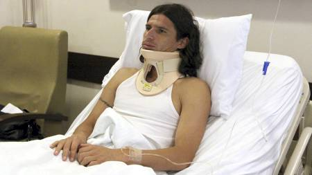 ruguayan soccer player Leonardo Medina, of the Oriente Petrolero, remains with an orthopedic neck in a room of a hospital in in Santa Cruz, Bolivia, 24 August 2009, after being hit by Bolivian Sergio Jauregui, from Blooming, during a last sunday's local championship match. The local attorney  (Foto: JUAN CARLOS TORREJON/EPA)