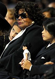 Michael Jacosons mor og to barn i stjernens begravelse.