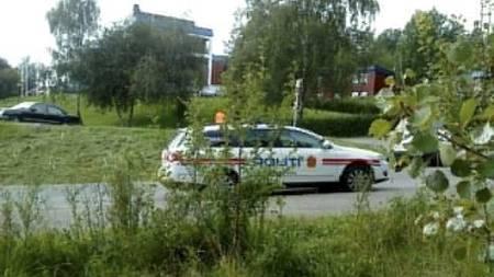 Bildet viser politibiler utenfor Røyken videregående steinerskole. (Foto: MMS til 02255/Jonas Andvik Notøy )