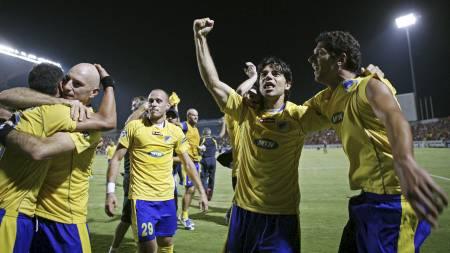 HJEMMEJUBEL: APOEL-spillerne er i ekstase etter å ha slått ut FCK.  (Foto: ANDREAS LAZAROU/AP)