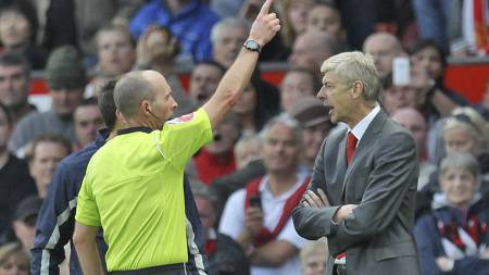 Arsene Wenger (R) is sent off by referee Mike Dean  (Foto: Magi Haroun/EPA)
