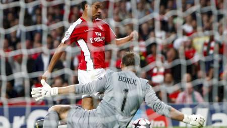 FILMER TIL SEG STRAFFE: Eduardo går i bakken og dommeren mener   Celtic-keeper Artur Boruc feller Arsenal-spissen. TV-bildene viste imidlertid   at Eduardo filmet seg til straffesparket. (Foto: EDDIE KEOGH/REUTERS)