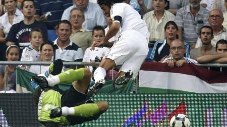 STRAFFE: Aranzubía feller Raúl og Real Madrid får straffespark.  (Foto: PAUL HANNA/Reuters)