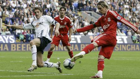 Liverpool's Fernando Torres, right, attempts to shoot past Bolton Wanderers' Sam Ricketts  (Foto: Tim Hales/AP)